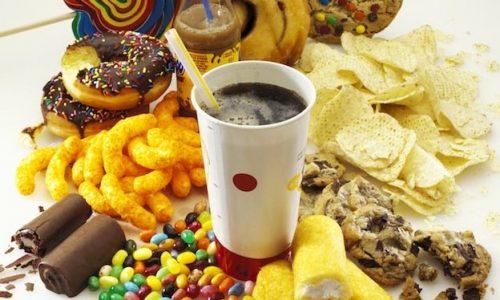 La nostra alimentazione è cambiata: La nostra tavola si colora di cibi spazzatura!